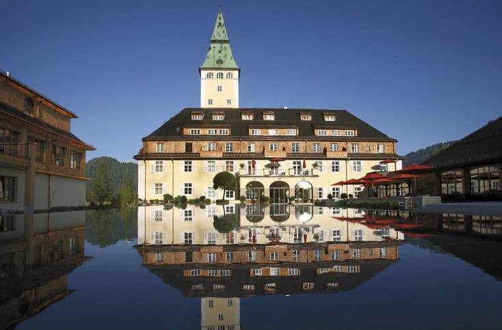 Schloss-Elmau-inmitten-des-Wettersteingebirges