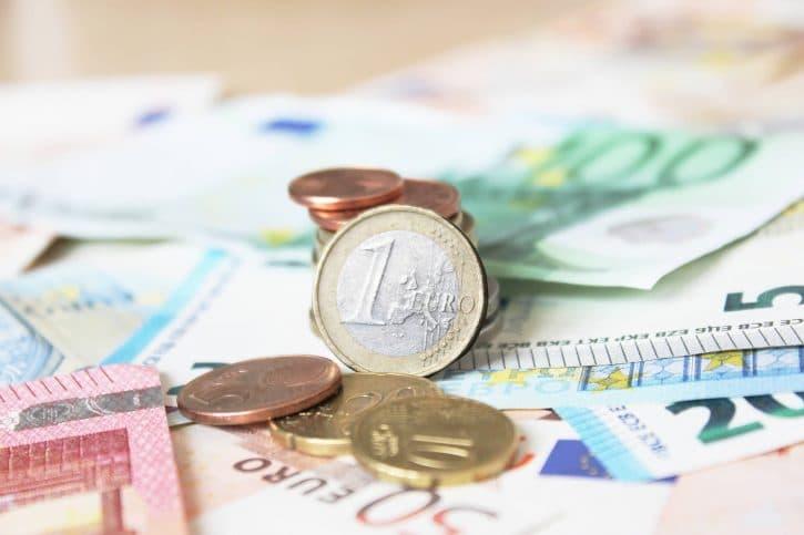 Euro-Geld auf Scheinen und Banknoten – 1 Euro Fokus