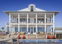 Eine Villa mit Pool, möglichst nahe am Strand, kann ein Zeichen von Luxus sein.