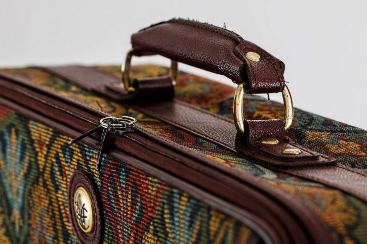 Die Reisenden und die Unterkunft - Koffer