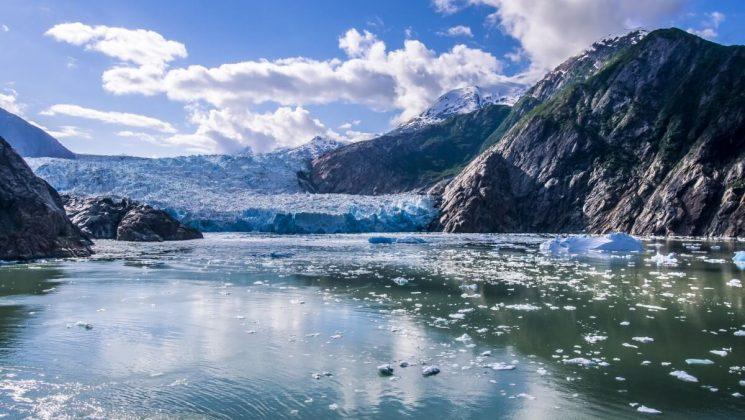 Die Norwegian Bliss kreuzt durch das eisige Alaska