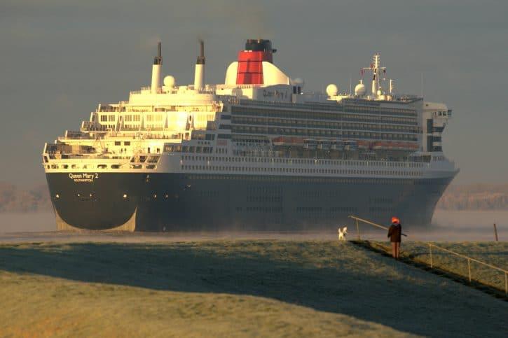 Die Queen Mary bei einem Besuch auf der Elbe